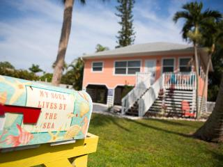 Coconut Cottage, 5 houses from the BEACH!, Fort Myers Beach