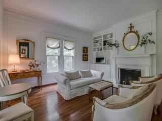 4BR, Stunning Farmhouse, Close to Downtown, Sleeps 8, Brentwood