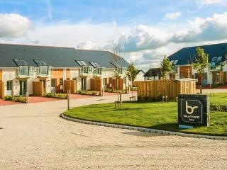 20 BAY RETREAT VILLAS, stylish villa, open plan living, parking, garden, in Padstow, Ref 920468, St Merryn