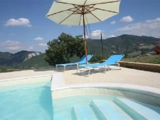 Relax: hills, pool (shared) and big private garden, Genga