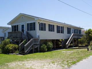 Oceanside House, completely renovated and just steps away from beach access!, Atlantic Beach