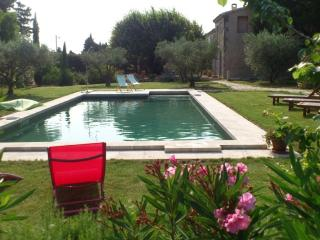 Peaceful Stone Farmhouse with Pool, Chateaurenard