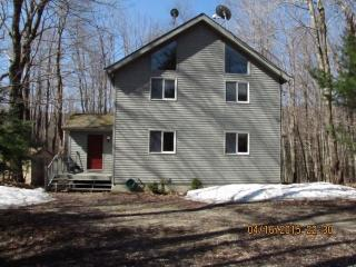 Spacious wooded home, Becket