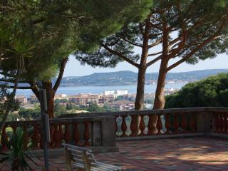 Sainte Maxime, pretty 2 bed house overlooking bay, Sainte-Maxime
