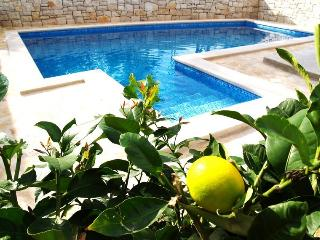 Lovely villa with pool for 7 Sutivan