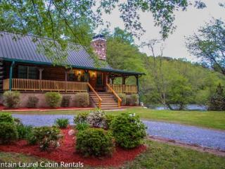 Toccozy Cabin Retreat- 3BR/2BA- CABIN WITH LARGE FLAT YARD AND UNIQUE ACCESS TO THE TOCCOA RIVER, WIFI, CABLE TV, HOT TUB, GAS GRILL, FOOSBALL TABLE, FIRE PIT, WOOD BURNING FIREPLACE, SLEEPS 10! $250/NIGHT!, Blue Ridge