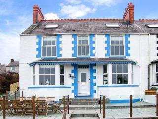 BRYN TEG, hot tub, WiFi, woodburner & fire, sea views, moments from the beach, pet-friendly, Cemaes Bay, Ref. 23824