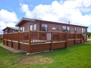 CASTLE VIEW LODGE, ground floor lodge with hot tub, lake views, en-suite, on-site faciltiies, near Tattershall, Ref. 916115
