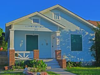 Cozy, Private,Butterfly Flower Garden with Spa, Galveston