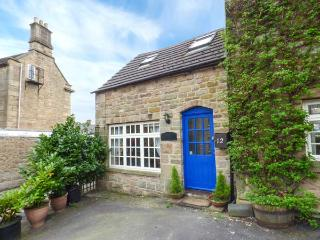 THE STABLE, romantic, character holiday cottage, with a garden in Matlock, Ref 3546