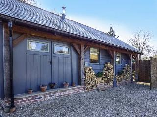 THE CART LODGE, WiFi, shared outdoor pool, woodburner, quaint cottage in Nayland, Ref. 3797