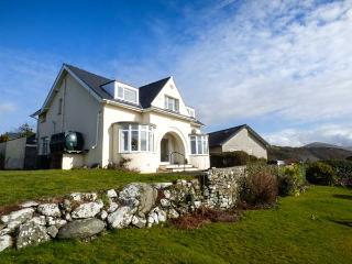 BRYN HOEL, detached, double bay fronted cottage, sea views, roll-top bath, off road parking, in Llanfair, Ref 905040