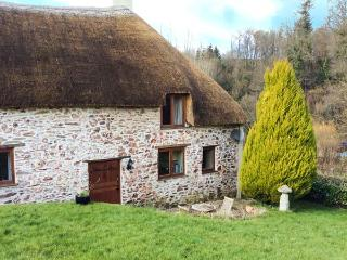STABLE COTTAGE, character thatched cottage with king-size bed, large grounds, close to coast, in Roadwater, near Watchet, Ref 912558