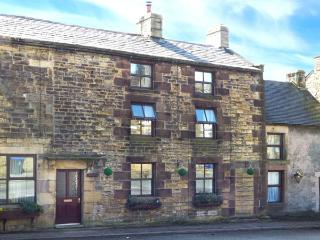 COBBLERS COTTAGE, woodburning stove, country views, in Longnor, Ref 919861