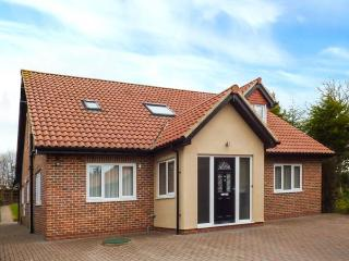 THE BIRCHES, detached cottage with hot tub, enclosed garden, WiFi, Morpeth Ref 923164