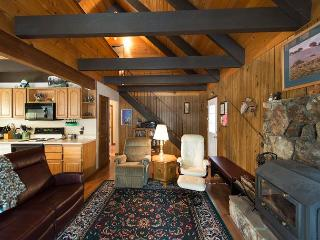 3BR + Loft Chalet, Walk to Heavenly Resort & the Best of Tahoe, South Lake Tahoe