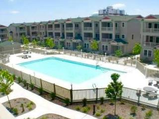 Central Pool and Garden View Inside Gated Condo, Wildwood