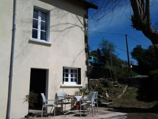 Stone cottage overlooking medieval  town sleep 2/4, Eymoutiers