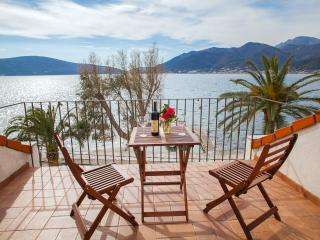 Apartments Stone House - Duplex Two-bedroom Apartment with Balcony and Sea View, Tivat