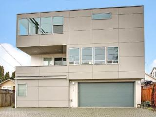 1800sf High end modern. 96 walk score. 2 car garag, Seattle