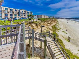 OCEANFRONT Condo - Steps to sand - Pool & Parking, San Diego