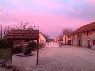 Cosy 1 bedroom gite with shared pool sleeps 4, Bergerac