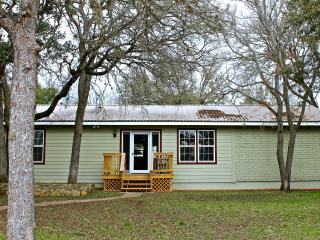Hillsedge Hideout Close to town w/ Swimming Pool, Wimberley