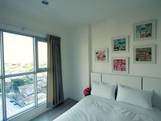 Modern 1BD with pool-great location, Bangcoc