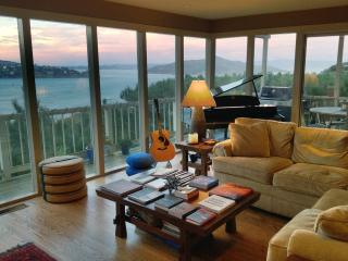 Stylish Condo with Stunning Views (by the month), Sausalito