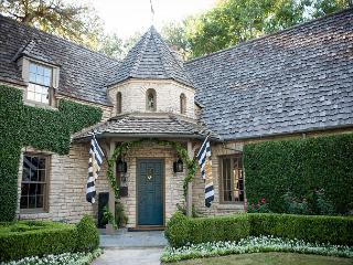 6BR/6BA Tarrytown Mansion, Heated Pool, Basketball Court & More, Sleeps 14, Austin