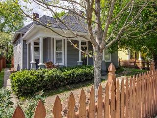 3BR, Beautiful, Classic Southern Cottage, Steps from 5 Points, Sleeps 8, Nashville