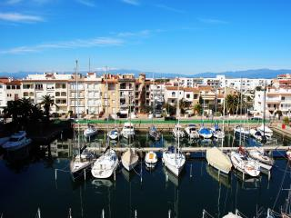 Beautiful apartment in the first line of beach, Empuriabrava