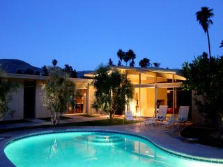 Fully Restored Fairway view PoolSpa Luxury Retreat, Palm Springs