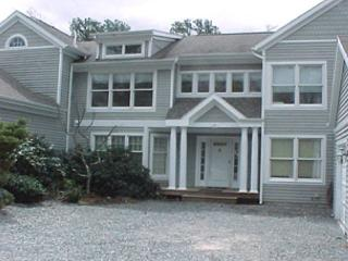 SPACIOUS TOWNHOUSE WITH AIR CONDITIONING AND ACCESS TO ASSOCIATION POOL, Vineyard Haven