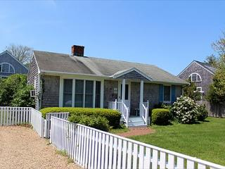 DOWNTOWN EDGARTOWN RETREAT WITH GREAT YARD AND BACK PATIO, Hopa