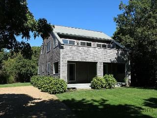 CONTEMPORARY KATAMA HOME ONE MILE FROM BEACH, Edgartown