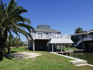 The Pelican House our cozy canal retreat w/modern ammenities & boat tie off!, Jamaica Beach