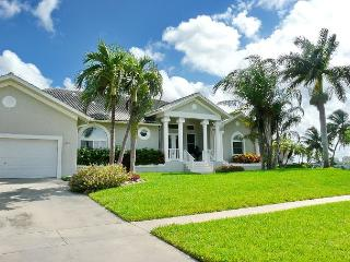 Waterfront home with heated pool, hot tub and walk to Tigertail beach, Marco Island