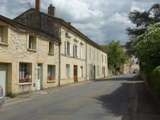 Centrally heated house in medieval town sleeps 2-8, Beaumont-du-Perigord