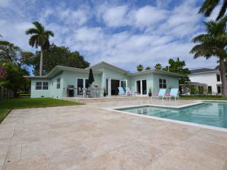 Villa in gated community, walk to beach, large pool, Fort Lauderdale