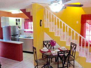 Lovely Ocho Rios 1BR Duplex - FREE Wifi/Cable/24-H