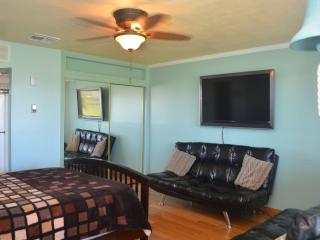 CSD13 Bargain by the Beach! Walk to Beach, Near Schlitterbahn, Pool, Wifi, TV., Corpus Christi