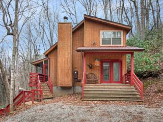Fernbrook Treehouse - Cozy, Clean, Hot Tub, WiFi, Maggie Valley