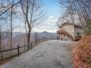FALCON RIDGE -Great Views, Hot Tub, Fire Pl, Clean, Maggie Valley