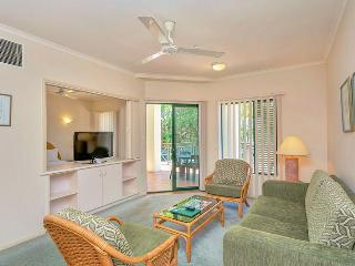 Tropic Towers - One Bedroom Apartment just minutes to the City and Airport, Cairns