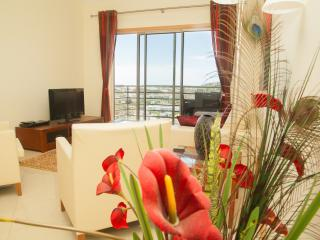 Spacious apartment sea and garden view near center, Albufeira