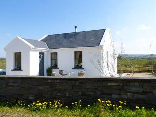 KEELKYLE, woodburner, pet-friendly, balcony and patio, nr Ennistymon, Ref 924519