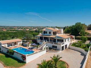 Country and spacious villa with private pool, Porches