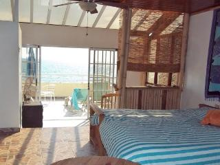 Beachfront -Light and Lovely Studio Penthouse Apt, Rincon