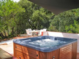 Serene wooden lodge with Jacuzzi, Silves